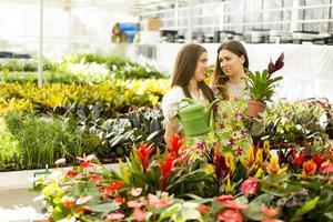 unga kvinnor i blommaträdgården foto