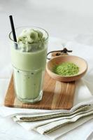 grönt te smoothies med sitt pulver foto