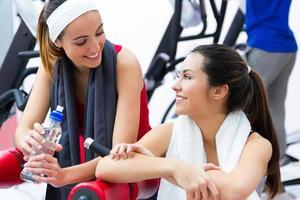 kvinnor kopplar av i gymmet efter träning foto