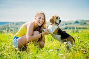 tonåring med sin hund foto