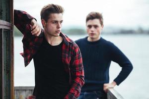 två killar står i en övergiven byggnad vid sjön foto