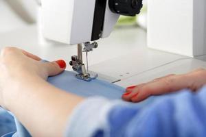 arbetar på symaskin. foto