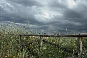 trästaket och molnig himmel foto