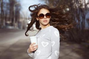 vacker brunett tjej gå foto