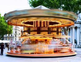 traditionell karusell med hästar foto