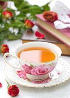 stilleben med te, böcker och rosor foto