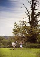 kvinna med häst foto