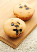 liten muffin på träplattan foto
