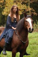 vacker kvinna med ponny - nhs foto