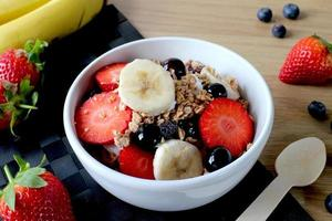 granola müsli grekisk yoghurt och frukt foto