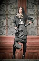 attraktiv ung kvinna i vinter mode skott foto
