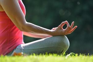 kvinna som utövar yoga foto