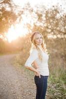 flicka i solen foto