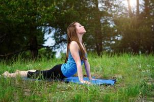 yoga på naturen foto