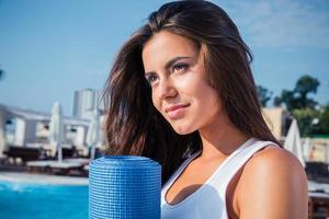 kvinna som håller yogamatta utomhus foto