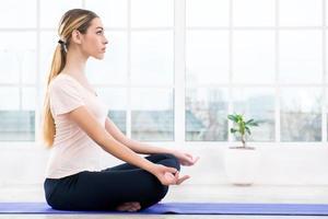 yogakoncept med vacker kvinna foto