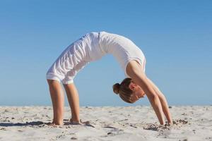 kvinna gör krabba yogaställning foto