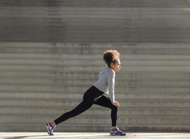 ung kvinna stretching träning foto