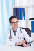 glad läkare porträtt foto