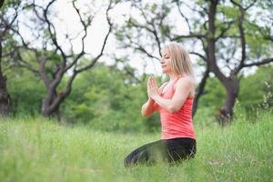 kvinna som gör yoga foto