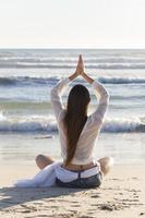 yoga på stranden foto