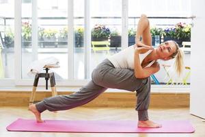 blond kvinna som gör yoga foto
