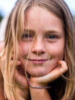 liten flicka stående foto