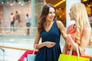njuter av shopping. foto