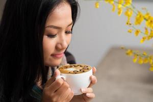 njuter av cappuccino foto