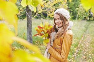 njuter av hösten foto
