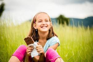 flicka njuter av choklad