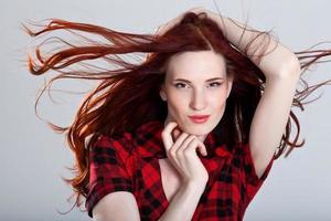 porträtt av en vacker ung kvinna med underbart hår
