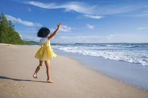 njut av stranden foto