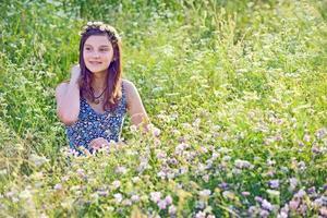 flicka utomhus njuter av naturen foto