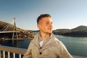 turist som njuter av solskenet foto