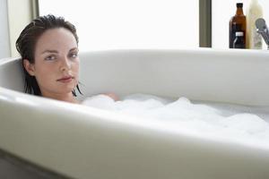 kvinna njuter av ett bad foto