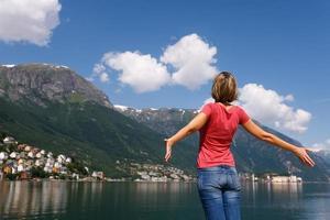 gratis glad kvinna som njuter av naturen foto
