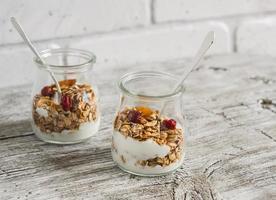 hemlagad granola och naturlig yoghurt. hälsosam mat foto
