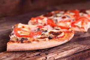 pizza på ett träbord foto