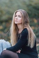 blond hår kvinna går på gatan och ler foto