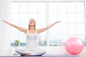 yogakoncept med ung kvinna foto