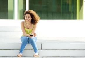 kvinna njuter av musik med hörlurar foto