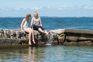 två tonårsflickor njuter av sommaren foto