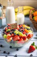 njut av din färska fruktsallad foto