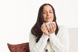 kvinna njuter av en härlig drink foto