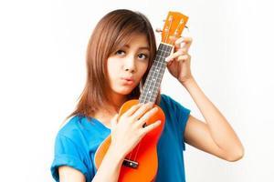 aian kvinna njuter av sin ukulele foto