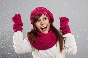 ung kvinna tycker om första snön foto