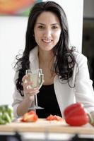 kvinna njuter av ett glas vin foto