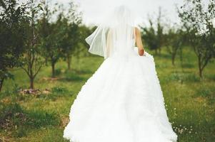underbar ung brud njuter av bröllopsdagen. foto