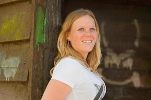 glad blond ung kvinna njuter av naturen. foto